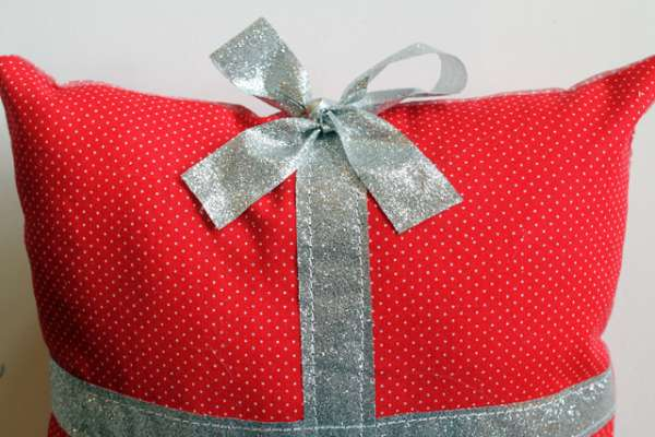 present pillow diy (12)