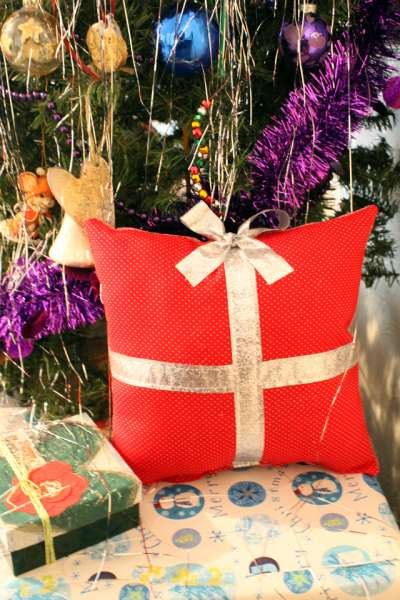 present pillow diy (2)
