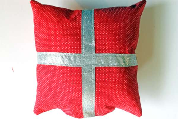 present pillow diy (9)